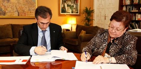 La Presidenta Luisa Pastor y el Presidente de Cruz Roja, firma el convenio