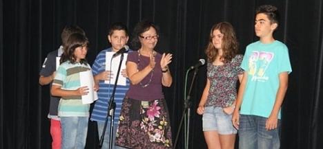Josefina felicita a los niños participantes en el Fin de Curso de 2012 (Archivo O.T.)
