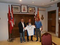 y Casimiro Torres reciben la camseta del Club
