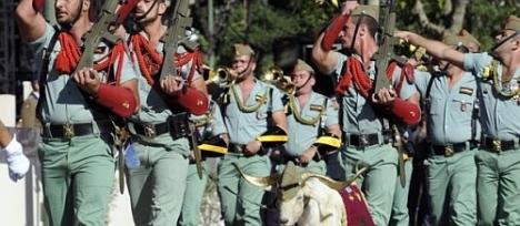 """La Legión con su peculiar forma de desfilar y acompañados por su eterna mascota """"la cabra"""""""