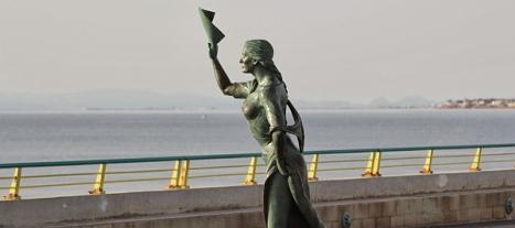 La Bella Lola. despidiendo a los pescadores - Paseo del Dique de Levante