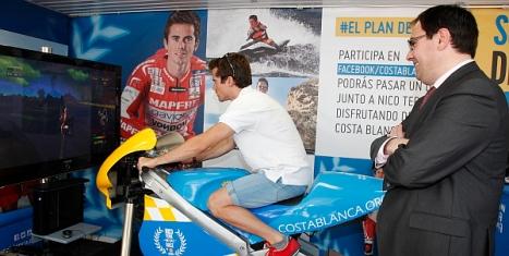Nico Terol, con el diputado de turismo, Joaquín Albaladejo