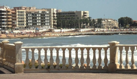 La playa de Los Locos desde la balaustrada que la une con la del Cura