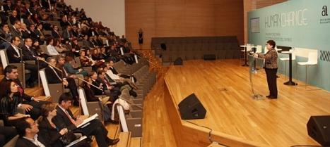 La presidenta Luisa Pastor se dirige a los asamblearios