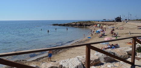 Cala Piteras, playa situada al sur de la ciudad, en la Urb. Rocío del Mar