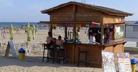 Kiosko de temporada en la playa de los Naúfragos