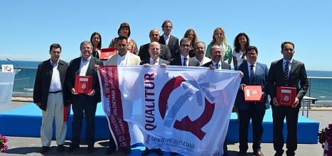 Final del acto de entrega de banderas. En la imagen a la derecha el concejal de Playas de Torrevieja,. Francisco Moreno