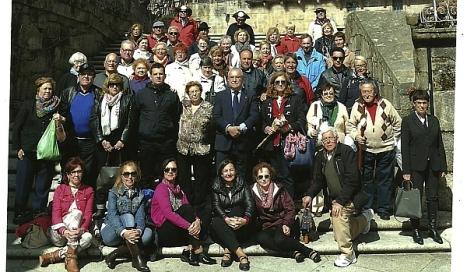 Los peregrinos torrevejenses en la escalinata de la Plaza del obradoiro