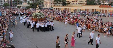 Procesión terrestre-marítima, acto cumbre de las fiestas (Foto Archivo O.T.)