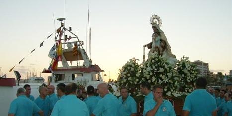 La imagen de la Virgen del carmen se dispone a embarcar en el puerto de Torrevieja