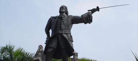 Estatua de D. Blas de Lezo ante el Castillo de S. Felipe en Cartagena de Indias.