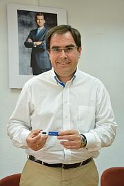 El concejla de Hacienda, Joaquín Albaladejo, muestra el pen drive que guarda el presupuesto más alto de la historia de la ciudad