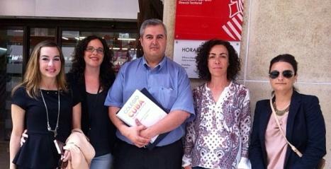 La concejal de Educación, Rosario Martinez, junto a Paco Pacheco y parte de la directiva del Ampa del C.P. Cuba