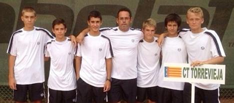 Equipo infantil del C.T. Torrevieja con su entrenador David