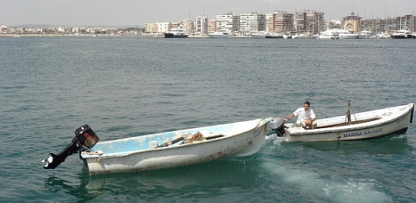 La patera que llegó esta madrugada arrastrada en el puerto Marina Salinas