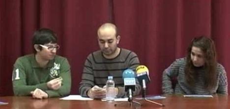 Tomás, a la izquierda de la foto, durante una rueda de prensa