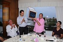 Momento de la entrega de la placa por parte del Alcalde de la Ciudad