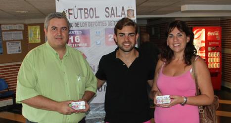 El gerente del F.S. Torrevieja con los representantes de las Ampas
