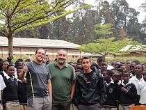 El grupo español con la comunidad africana
