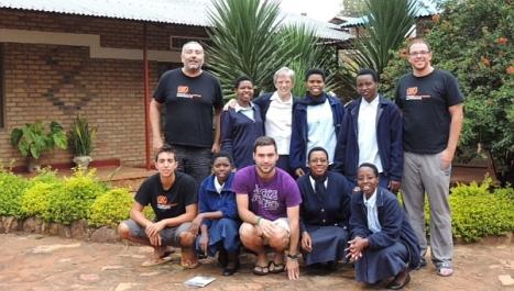 Los voluntarios de NNFF en África con las misioneras