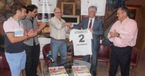 Venancio, con el concejal de deportes y directovos del F.S. Torrevieja