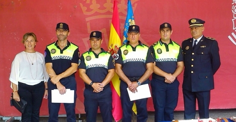 Los nuevos inspectores con la concejal de policía y el intendente principal