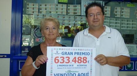 Santiago Ramón Rubio en su administración, muestra el premio