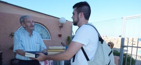Un residente recibe del portador, sus libros mensuales