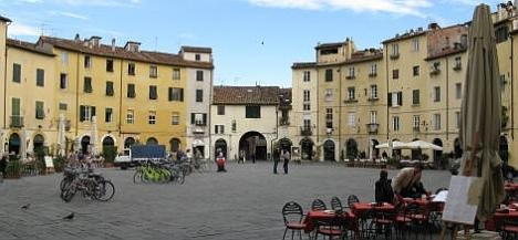Plaza el Anfiteatro en Lucca (Italia)