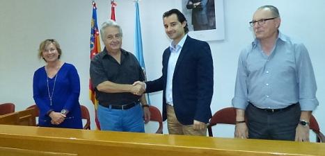 El alcalde y el presidente de la Asociación, estrechan su mano tras la firma del convenio
