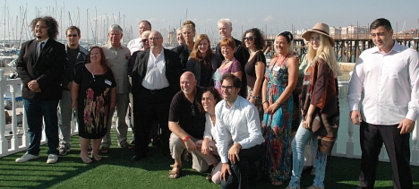 Actores, equipo técnico y utoridades posan en la terraza de la Oficina de Turismo Vista Alegre
