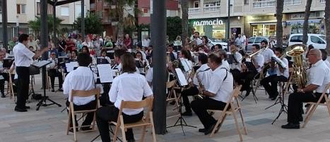 La banda en un concierto al aire libre