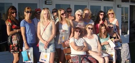 Los agentes en la terraza del oficina de Turismo Vista Alegre