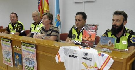 La concejal y los policías en rueda de prensa, ayer