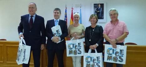 Los participantes en la rueda de prensa, posan con bolsas promocionales de la campaña