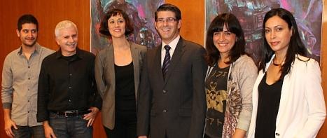Directoras Judith Colell y Lidiana Rodríguez junto al cartel de la Mostra diseñado por Marta Nael, ediciones Babilon.
