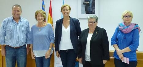 La concejal de Ong's Mamem Mateo con los participantes en la Rueda de Prensa