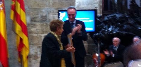 El Presidente Fabra, entrega a Quinita el galardón