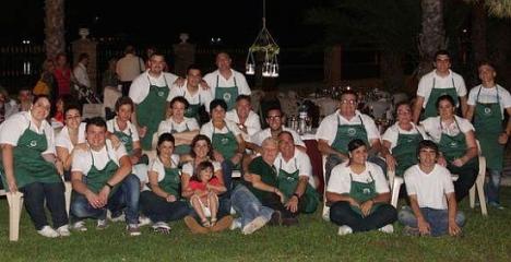 miembros de la Cofradía durane la cena de verano que ofrecen anualmente en DOña Sinforosa