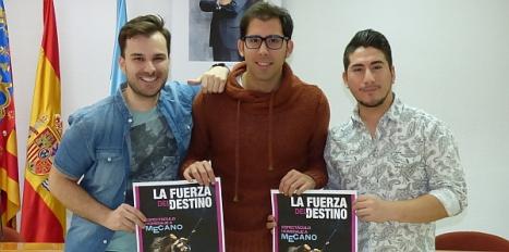Luis María Pizana con dos de los actores