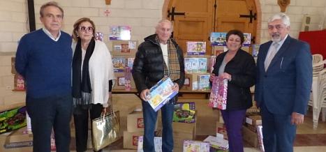 Personas ligadas a Ferris Hills ayer con los juguetes donados