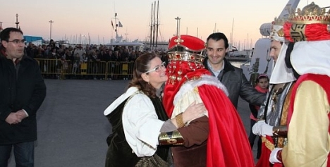 La concejal, Lola Sánchez Roca, recibe al pié del barco al Rey Gaspar