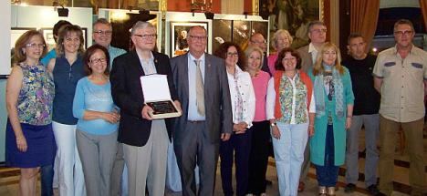 Miembros de Ars Creatio reciben un galardón en el Casino (Archivo)