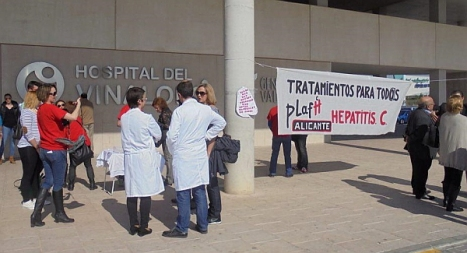 Miembros de Podemos, en el Hospìtal del Vinalopó