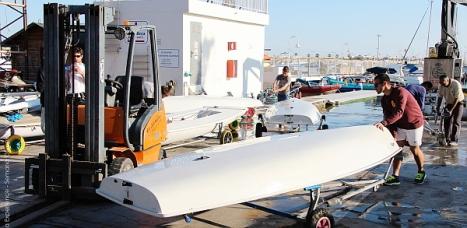 La flota Laser trabajando en las instalaciones del náutico Torrevieja en la jornada previa. C. Portas)