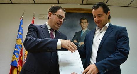 El concejal de hacienda, Joaquín Albaladejo entrega el anteproyecto de los Precupuestos 2015 al alcalde de Torrevieja Eduardo Dolón