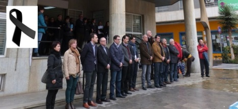 Representantes de todos los grupos políticos en la puerta del Ayuntamiento, durante el minuto de silencio (M.C.Lavesa)