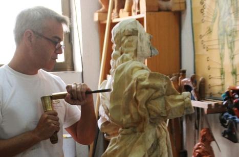 El escultor Víctor García, durante la talla de la nueva imagen