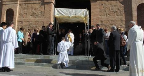 Salida del Santísimo bajo palio para visitar a enfermos e impedidos