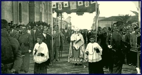 Años cincuenta del s. XX. Procesión del Corpus a su salida del templo de la Inmaculada. / Foto: A. Celdrán - Colección de la Agrupación Fotográfica de Torrevieja.